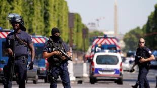Forças de segurança na avenida Champs Elysees logo após o ataque. 19/06/17
