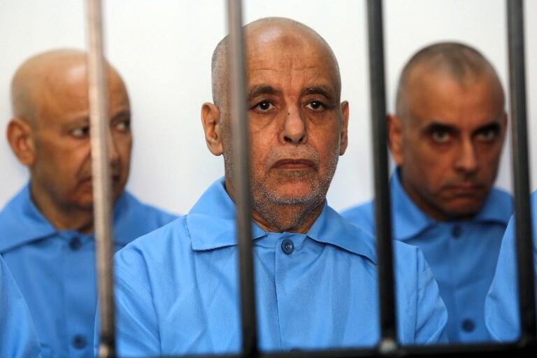 L'ancien Premier ministre de Kadhafi,  Baghdadi Ali al-Mahmoudi (centre), dans une cellule lors de son procès à Tripoli, le 11 mai 2014.