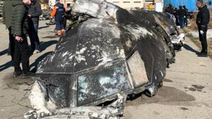 Foto tomada y publicada el 11 de enero de 2020 por el Consejo Nacional de Seguridad y Defensa de Ucrania, muestra los restos del avión Boeing 737-800 de Ukraine International Airlines que se estrelló frente a Teherán, el 8 de enero de 2020.