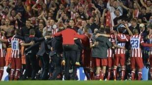 L'équipe de l'Atlético Madrid célèbre sa victoire contre Chelsea au stade Stamford Bridge, à Londres, le 30 avril 2014.
