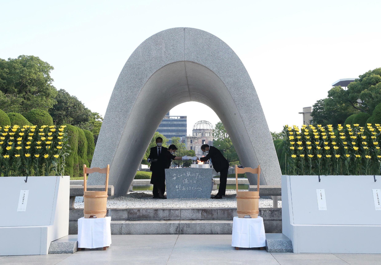 El alcalde de Hiroshima, Kazumi Matsui (D), y representantes de familias en duelo participan en una ceremonia durante el 76 aniversario del primer ataque con bomba atómica del mundo, el 6 de agosto de 2021 en Hiroshima