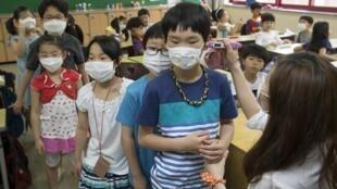 Eleves d'une école primaire portant un masque pour se protéger des dangers de la propagation du virus MERS.