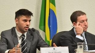 O brasileiro David Miranda (e) e seu companheiro, o jornalista britânico Glenn Greenwald.
