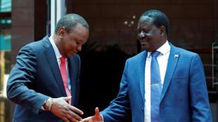 Le président kényan Uhuru Kenyatta (à gauche) serre la main de son opposant Raïla Odinga le 9 mars 2018 à Nairobi.