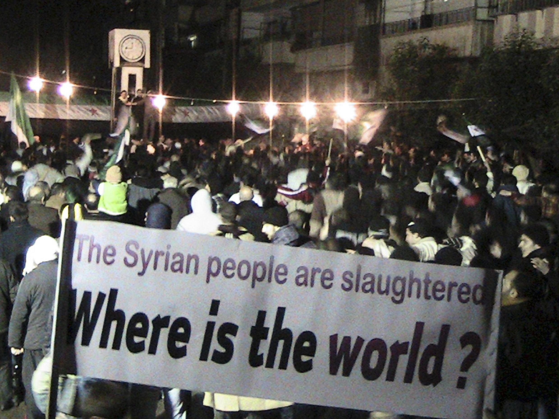 Демонстранты протестуют против президента Сирии Башара Асада в Хомсе 10 февраля 2012 г. Сирийская армия начала обстрел города Хомса в ночь с 3 на 4 февраля