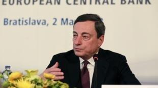 Mario Draghi, presidente do Banco Central Europeu, durante coletiva de imprensa desta quinta-feira em Bratislava, na Eslováquia.
