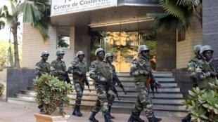 Des soldats de la garde présidentielle patrouillant devant l'hôtel Radisson Blu de Bamako, le 21 novembre 2015, après l'attaque terroriste qui a visé le lieu.