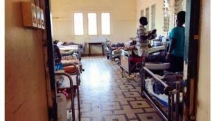 Salle des hospitalisations dermatologiques, CHU Sylvanus Olympio à Lomé, Togo.
