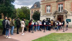 Des étudiants étrangers font la queue pour accéder au Welcome desk, à la Cité universitaire internationale de Paris.