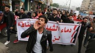 Des manifestants irakiens dans les rues de Bagdad après la mort de plusieurs protestataires. Bagdad, le 7 décembre 2019.
