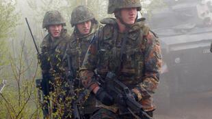 Soldats allemands en manoeuvres.