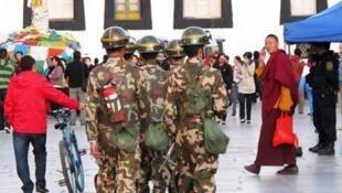 Công an Trung Quốc tuần tra ở Lhassa luôn mang theo bình chữa lửa.