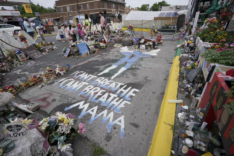 Plus d'un an après l'assassinat de George Floyd, les hommages continuent d'affluer à l'endroit même où il est mort dans les rues de Minneapolis.