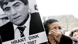 Hrant Dink a été abattu le 19 janvier 2007 à Istanbul devant les locaux de l'hebdomadaire bilingue turco-arménien «Agos», qu'il dirigeait.