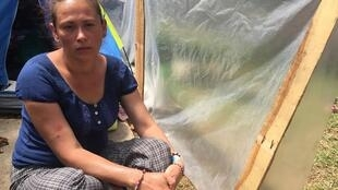 Joana Terán, venezolana, huyó de su país hacia Colombia. Se le ve sentada al lado de su tienda dee campaña en un campamento en Bogotá. 17 de octubre de 2018.