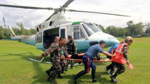 Binh lính đang cáng một nhân viên an ninh bị thương trong vụ đánh bom ở thành phố Marawi.