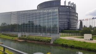 Os vidros da sede do Parlamento Europeu em Estrasburgo, na margem esquerda do rio Reno, refletem o complexo arquitetônico do outro lado, que abriga o Conselho da Europa e seus 47 paises-membros.
