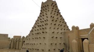 Um dos mausoléus de Timbuktu, fotografado em 15 de maio de 2012, antes de ser destruído pelo movimento Ansar Dine.