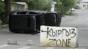 «Zone kirghize» inscrit sur un bloc de ciment barrant la route à Och, au sud du Kirghizistan.