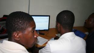 plus de 3 milliards d'individus ne disposent toujours pas d'accès pérenne à la Toile que ce soit par ordinateur, par tablette ou Smartphone.