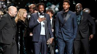 """Режиссер Ладж Ли (в центре) с командой своего фильма """"Отверженные"""" на церемонии призов """"Сезар"""""""
