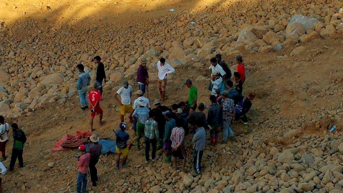 Местные жители на нефритовой шахте в Мьянме, где произошел оползень, 22 ноября 2015 г.