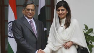 El ministro indio de Relaciones Exteriores, Somanahalli Mallaiah Krishna, junto a su homóloga Hina Rabbani Khar de Pakistán, en Nueva Delhi, el 27 de julio de 2011.