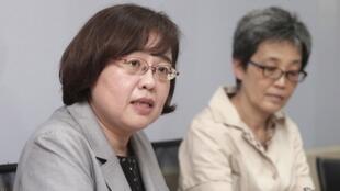 台湾经济部投审会驳回双子星案,投审会表示,因认定投资人与中国大陆市场渊源及关联极深,易受大陆政策影响,外国人投资条例第7条认定对国家安全有不利影响,本案予以驳回。投审会发言人杨淑玲(左)2019年6月26日在经济部举行记者会说明。