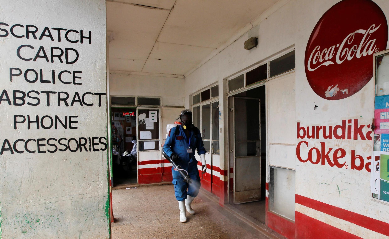 Afisa wa afya akinynyuzia dawa kwenye moja ya mitaa huko Nairobi, Mei 15, 2020 (picha ya kumbukumbu)
