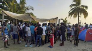 法广存档图片:哥伦比亚内科克利海滩上聚集的部分海地移民 摄于 2021年1月28日 Image d'archive RFI: Des migrants haïtiens lors d'une réunion sur la plage de Necocli, en Colombie, le 28 janvier 2021.