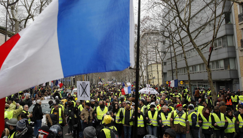 """Movimento dos """"coletes amarelos"""" vem reunindo menos participantes nas ruas, mas continua sendo apoiado pela maioria da população francesa."""