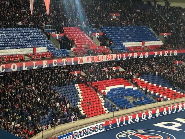 Torcedores do coletivo Ultras Paris desertam as arquibancadas no início do jogo contra o Olympique de Marselha rm protesto contra o clube pela eliminação da Liga dos Campeões