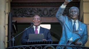 Le président sud-africain Cyril Ramaphosa s'adresse le 11 février à la foule de Cape Town, depuis le balcon où Mandela donna, il y a 30 ans tout juste, son premier discours après sa libération.