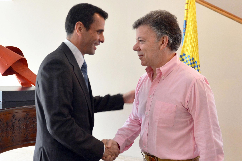Juan Manuel Santos (D) et Henrique Capriles, à Bogota le 29 mai 2013.