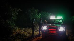 Guardias de una empresa de seguridad privada patrullan un campo de aguacates en Tzaneen, Sudáfrica, el 10 de marzo de 2021