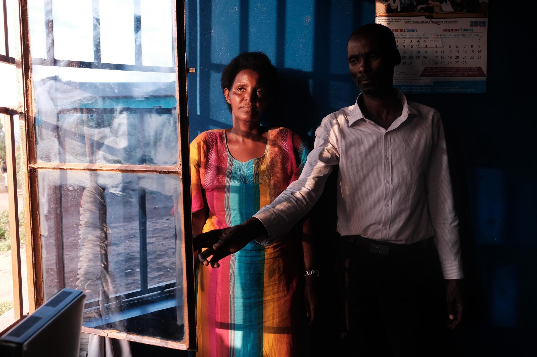 La survivante Alice Mukarurinda et le génocidaire Emmanuel Ndayisaba. Photo issue de « Le Rwanda hier (1994) et aujourd'hui », de Jack Picone, dans « Imagine: Penser la paix ».