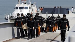Equipes de salvamento transportam corpos de vítimas do naufrágio de  balsa na Coreia do Sul.