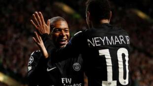 Neymar da Kylian Mbappe yayinda suke murnar zura kwallon farko a ragar kungiyar Celtic.