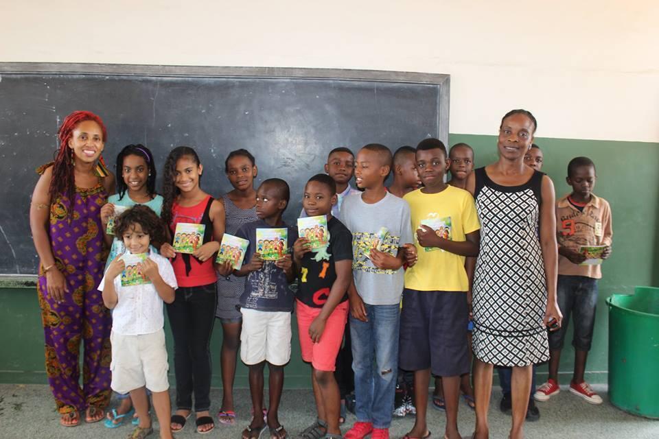 Izzy e Lorenzo (à esq.) no lançamento do livro em uma escola de Maputo.