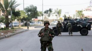 Un soldat libanais garde l'entrée du quartier de Bab al-Tabbaneh, le 27 octobre 2014.