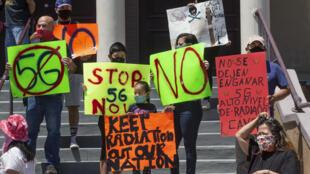Residentes locales y activistas anti 5G durante una demostración de protesta delante de la Casa del Mexicano, un centro cultural, ubicado en Boyle Heights, cerca de los Ángeles, California. Los Ángeles 2 de mayo 2020
