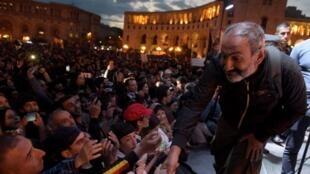 Le leader de la contestation, Nikol Pachinian, s'ext exprimé sur la place de la République dimanche 29 avril devant des dizaines de milliers de ses partisans.