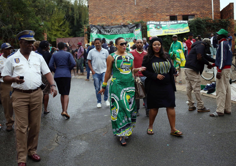 Sul-africanos homenageiam Winnie Mandela em sua residência em Soweto, África do Sul, em 3 de abril de 2018.