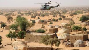 Un hélicoptère de l'armée française au-dessus de la ville malienne de Bourem, dans le nord du pays, en 2013.