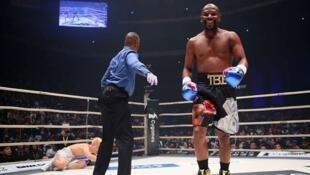 Floyd Mayweather Jr akitabasamu baada ya kumwangusha Tenshin Nasukawa baada ya muda mfupi wa kuanza kwa pambano hilo December 31 2018 jijini Tokyo