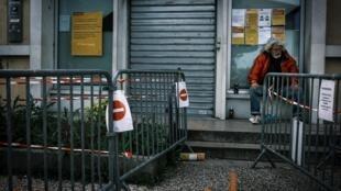 Un sans abri près d'un bureau de poste à Givors, près de Lyon, le 9 mai 2020.