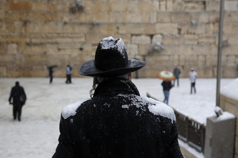 Muro das Lamentações, em Israel, é atingido por tempestade de neve.