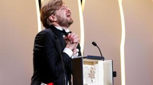 """O diretor sueco Ruben Östlund celebra a Palma de Ouro pelo filme """"The Square"""""""