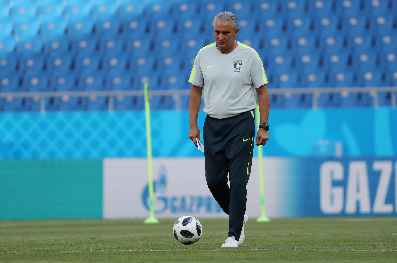 O técnico da seleção brasileira no gramado da Arena Rostov.