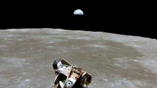 Le module lunaire à bord duquel se trouvent Neil Armstrong et Edwin Aldrin photographié depuis le module de commande où est resté Michael Collins, le 20 juillet 1969.